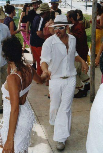 רוקדים (ורואים את השמלה של אפרת מאחור)